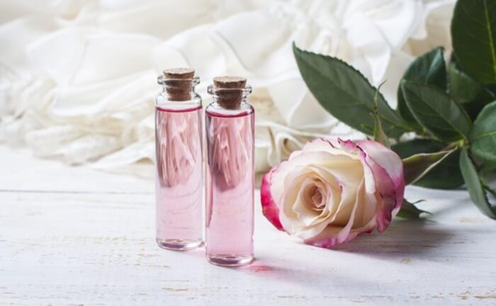 Cồn là thành phần cần thiết trong nước hoa hồng