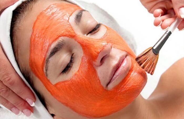 Thư giãn khi đắp mặt nạ dầu gấc